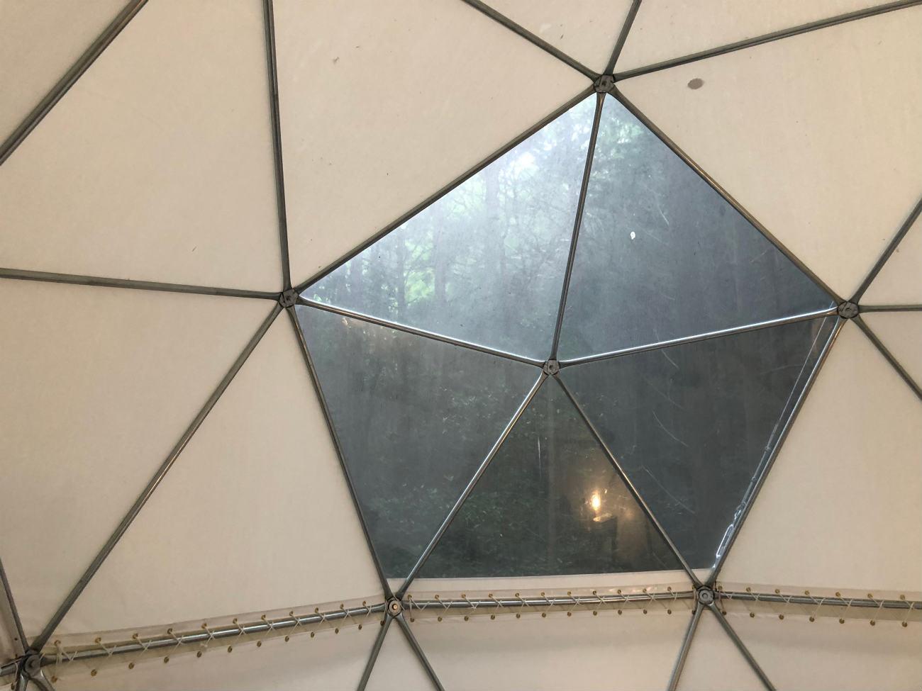 球体テントの窓