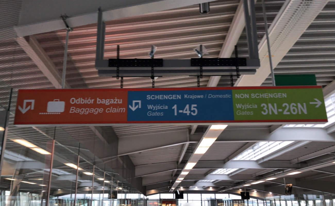 ワルシャワ空港の乗り継ぎ案内表