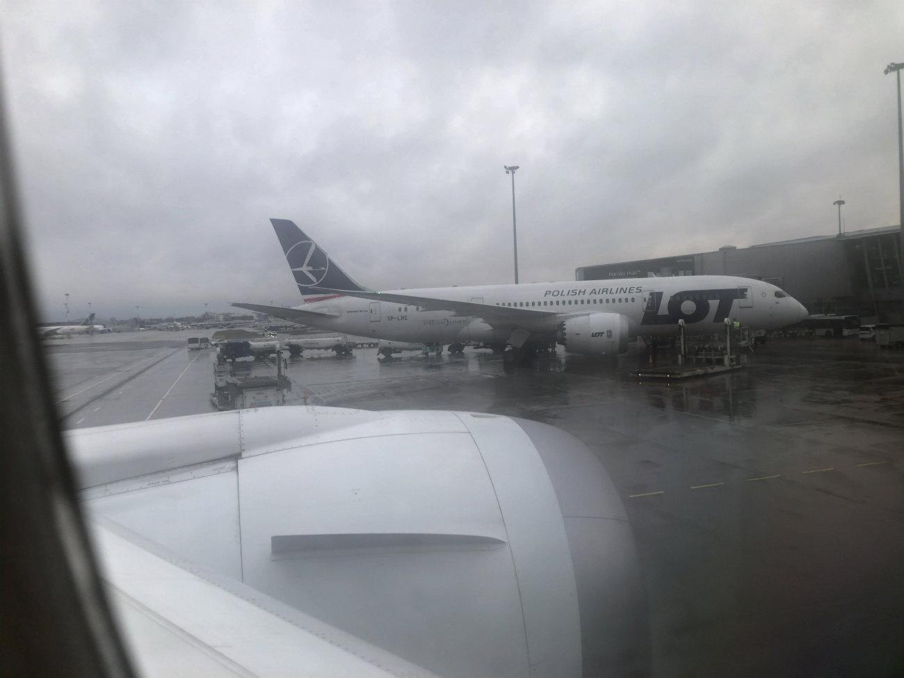 雨の日のポーランド航空機体
