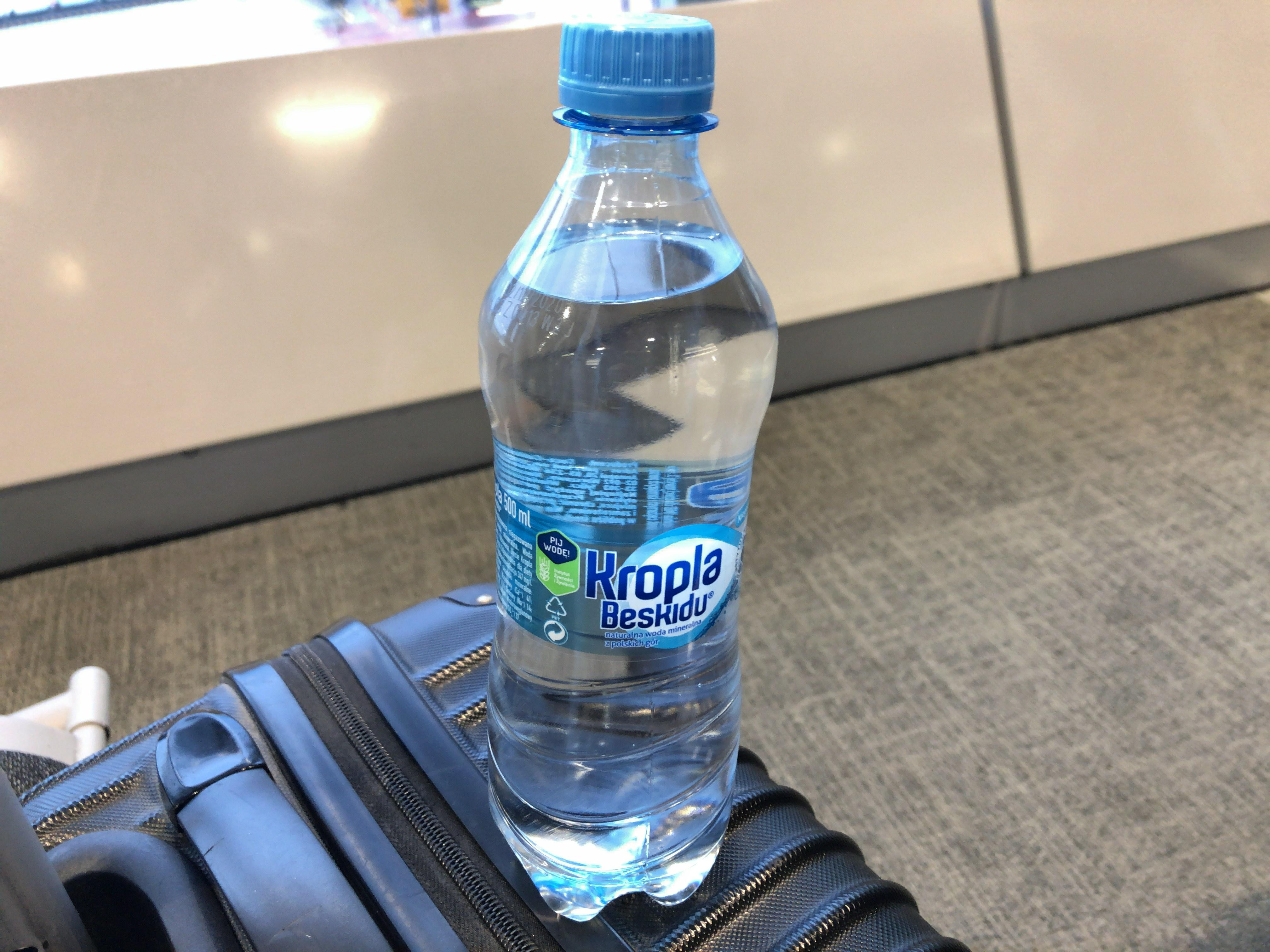 ワルシャワ空港で買った水