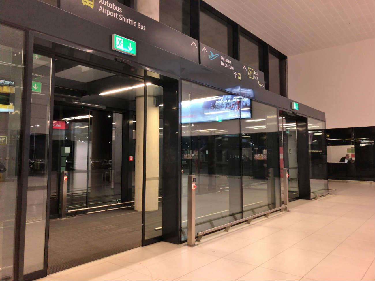 ザグレブ空港の到着口1階の出入り口