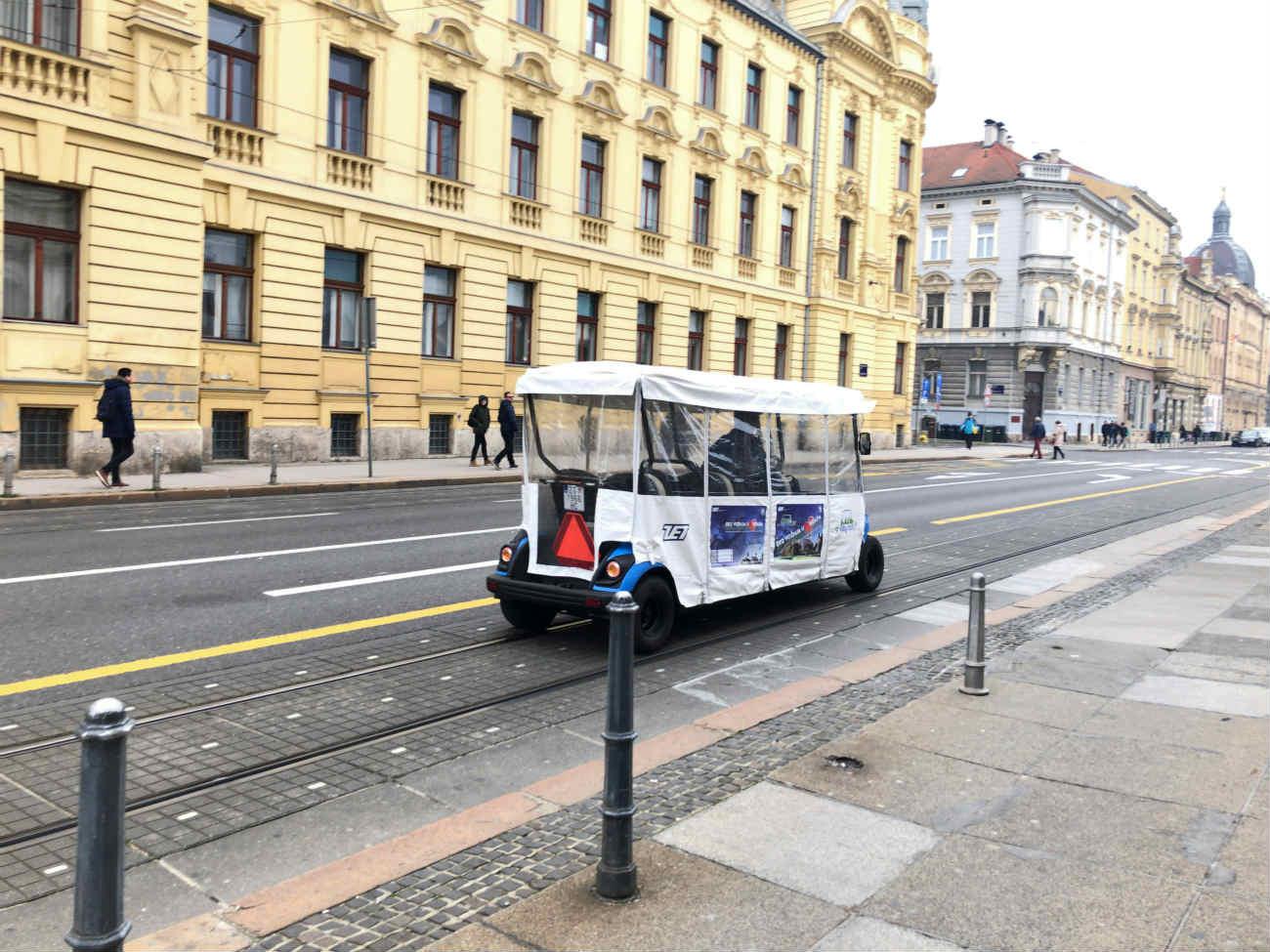ザグレブ市内を走る車