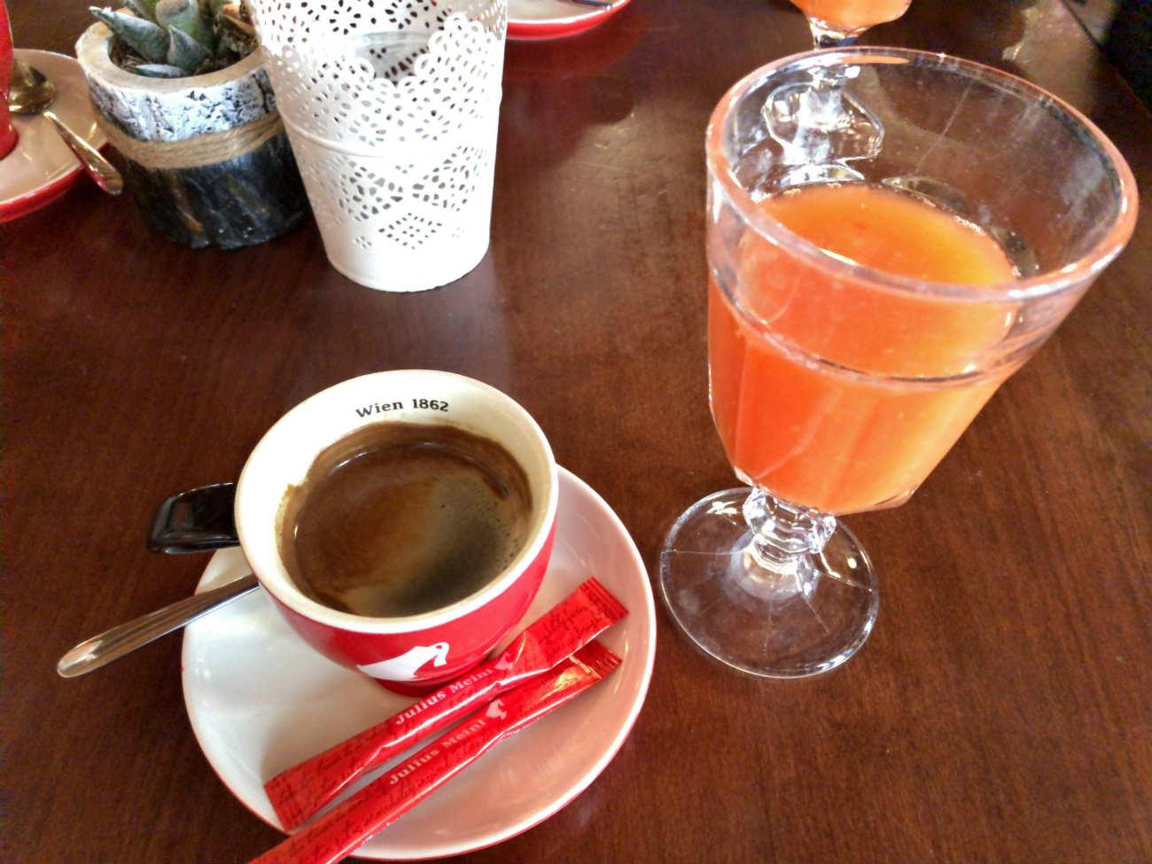 クロアチアのエスプレッソとオレンジジュース