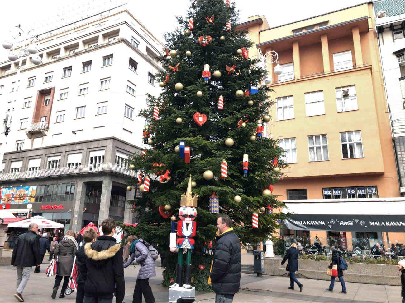 イェラチッチ広場のクリスマスツリー
