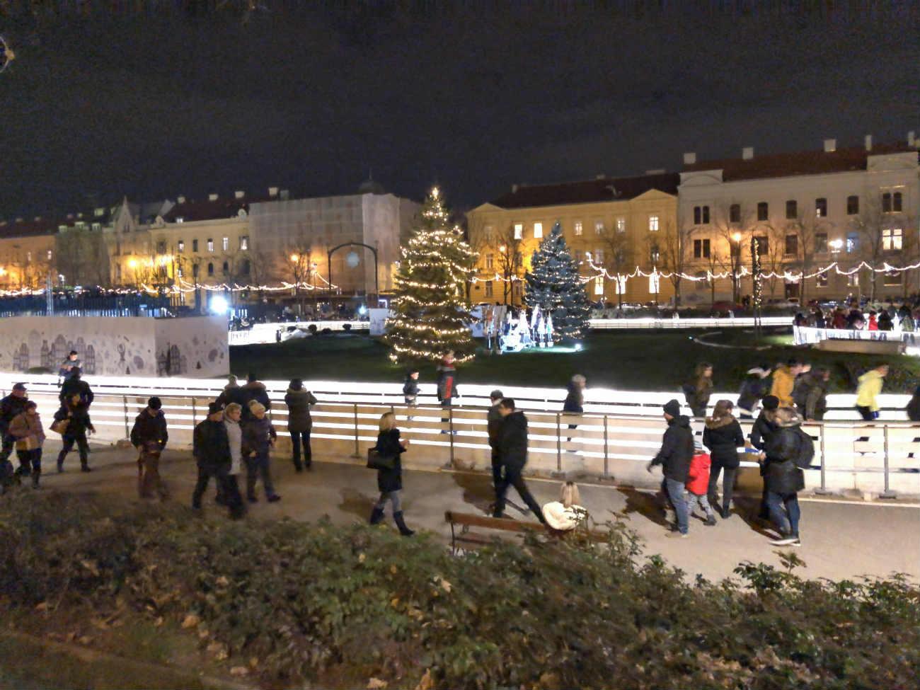 ザグレブのクリスマスマーケットにあるアイスパーク
