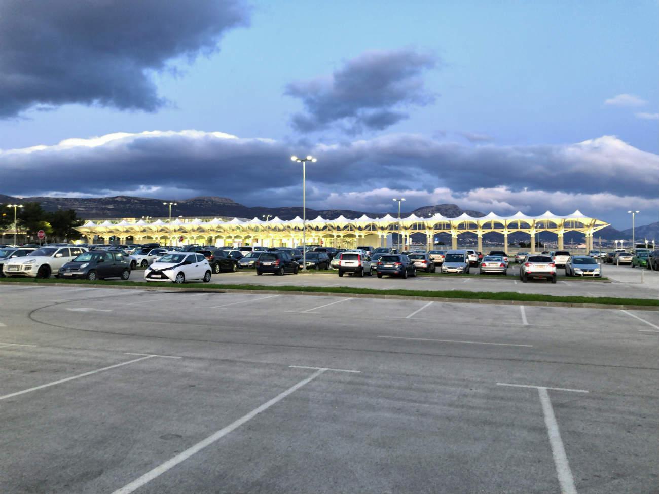 スプリット空港の駐車場