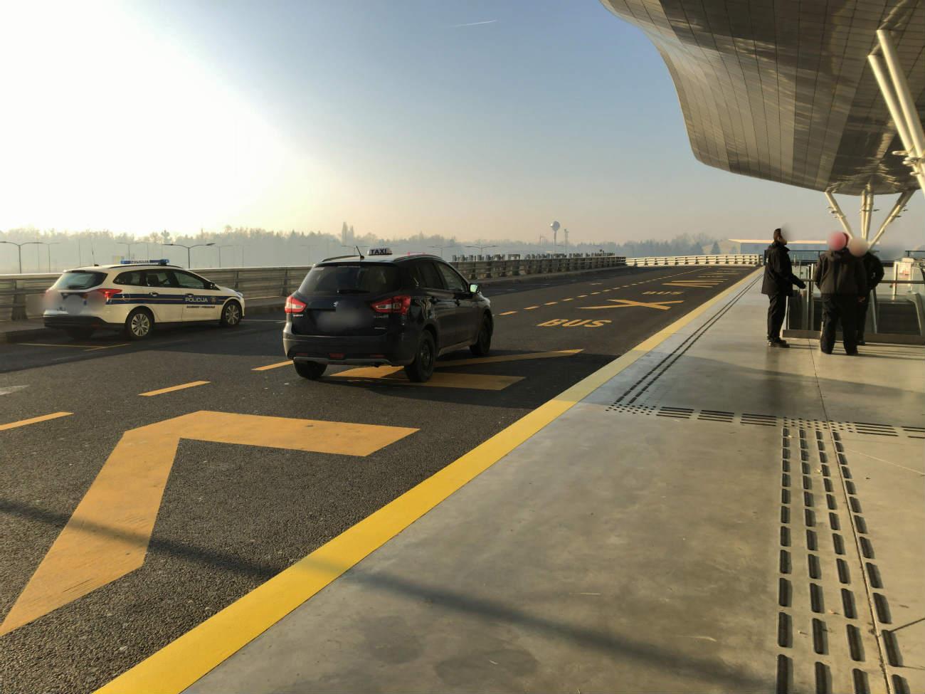 ザグレブ空港の出発フロア入り口を運転中のUber