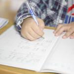 机で勉強している子供