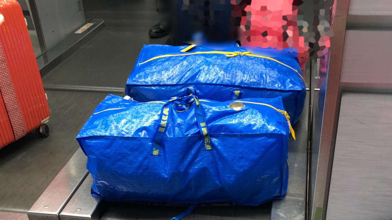 預け入れ荷物として手続き中のIKEAフラクタバッグ